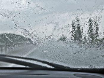 Недостаточная видимость: вождение в тумане, езда в дождь